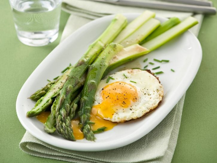 Asparagi con le uova fritte
