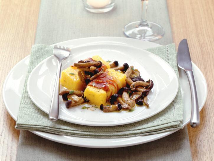 Crostini di polenta con funghi e pancetta o lardo