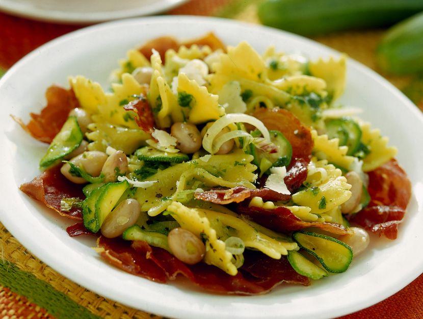 farfalle-zucchine-e-fagioli-con-crudo-tostato foto