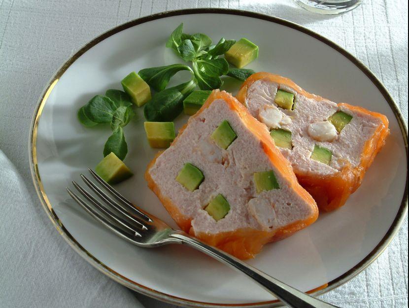 terrina-di-salmone-affumicato-con-gamberi-e-avocado preparazione