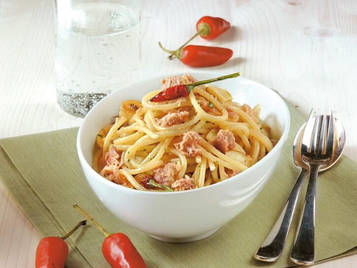 Spaghetti con aglio, olio e tonno