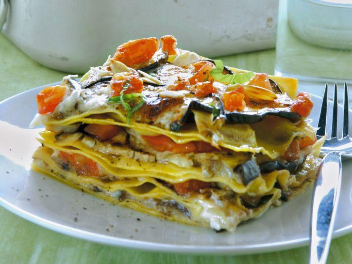 teglia-di-lasagne-con-melanzane-pomodori-e-crescenza preparazione