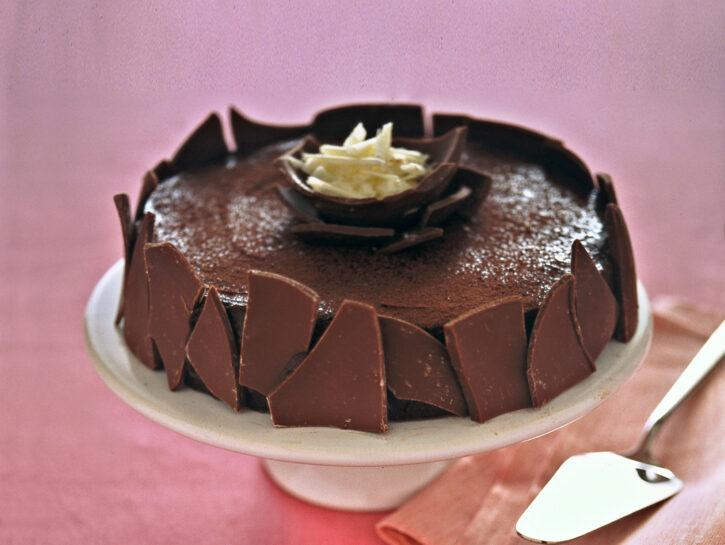 Torta di mousse con uova di cioccolato