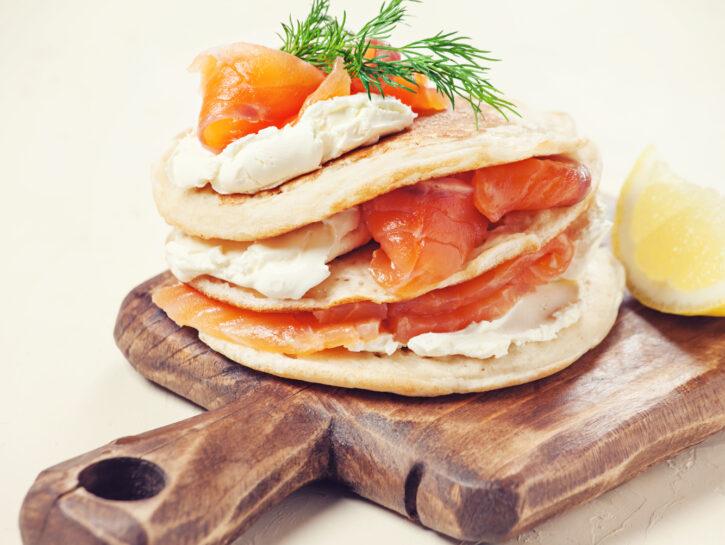 Pancakes con il salmone e la panna acida - Credits: Shutterstock