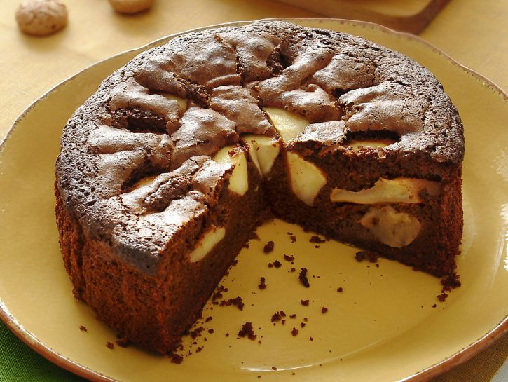 torta-soffice-di-mele-e-cioccolato-con-amaretti preparazione