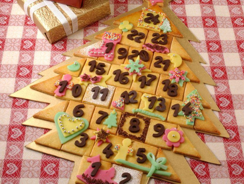 un-abete-tutto-da-mangiare-di-biscotti-di-pasta-frolla-e-marzapane preparazione