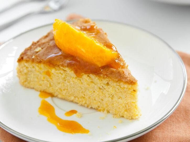 Torta all'arancia al profumo di mandorle - Credits: Olycom