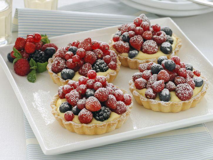 crostatine-alla-frutta-con-crema-chantilly immagine