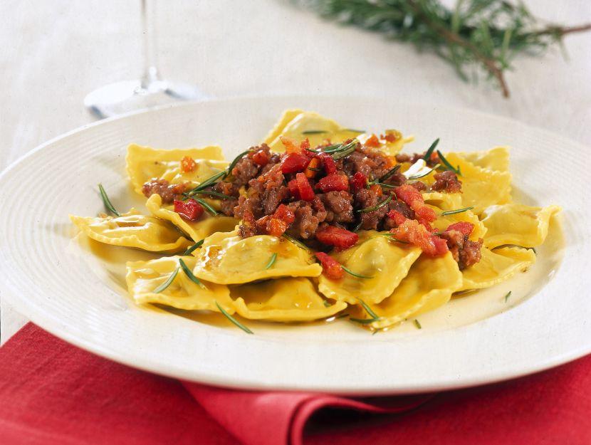 ravioli-al-sughetto-di-salsiccia-pancetta-vino-rosso-e-rosmarino