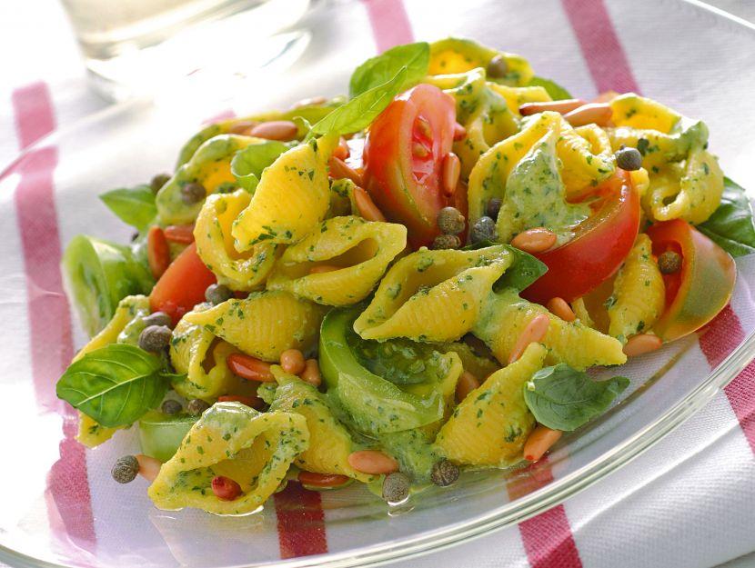 pasta-con-pomodori-e-salsa-al-basilico immagine