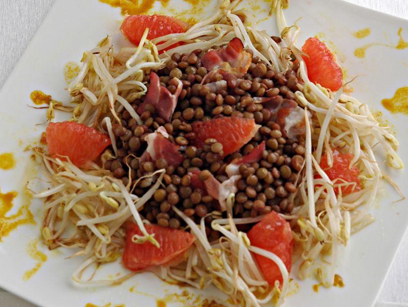 insalata-di-lenticchie-germogli-di-soia-bacon-e-pompelmo-rosa