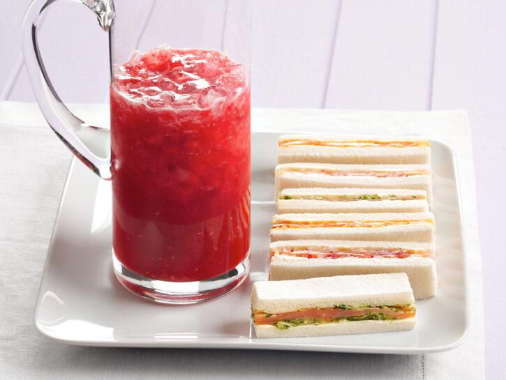 Cocktail senza alcol con tramezzini