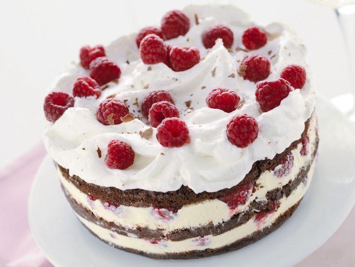 torta-di-cioccolato-con-gelato-e-lamponi immagine