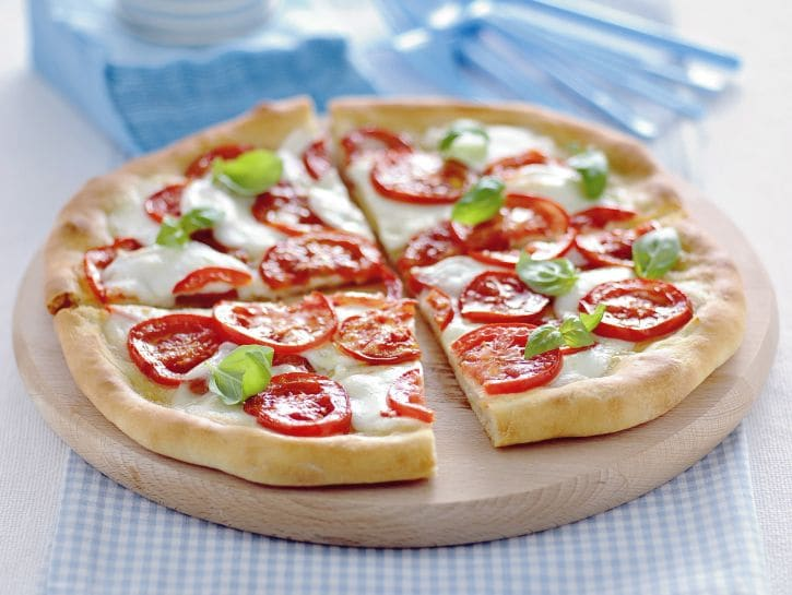 pizza-sottile-con-bufala-e-pomodoro-fresco preparazione