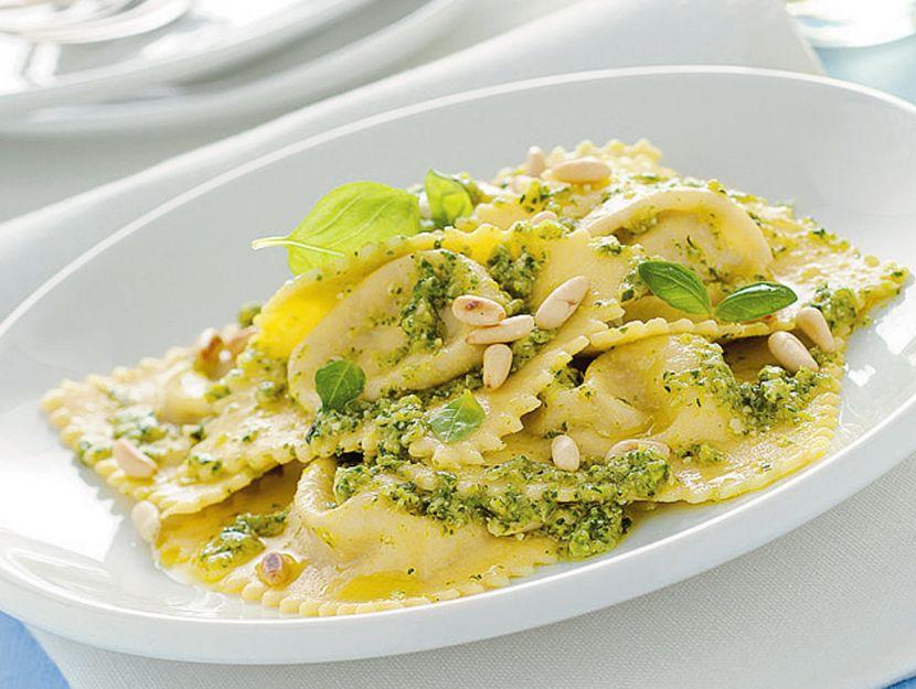 ravioli-di-robiola-e-noci-al-pesto-di-zucchine ricetta