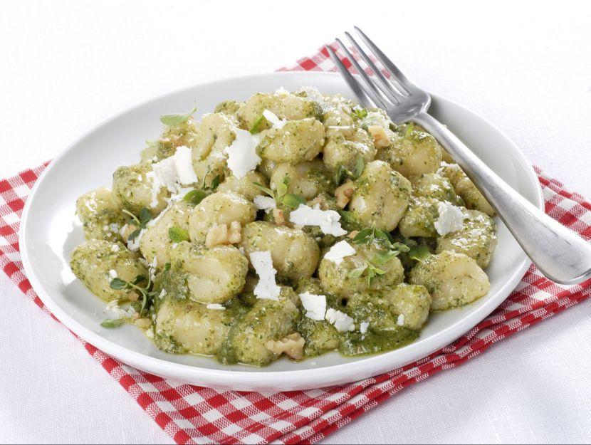 Gnocchi di patate senza uova al pesto di erbe e noci ricetta