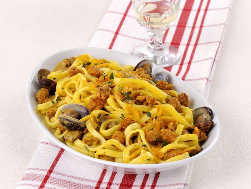 fettucce-con-salsiccia-e-vongole ricetta
