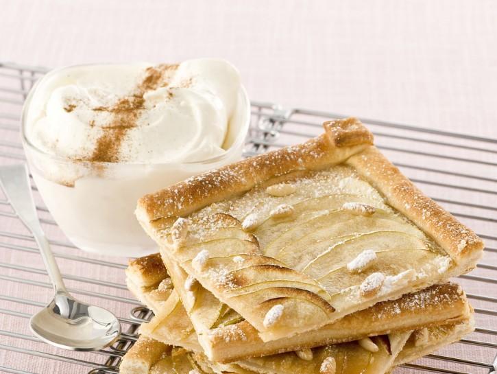 Torta di mele con pasta sfoglia e pinoli