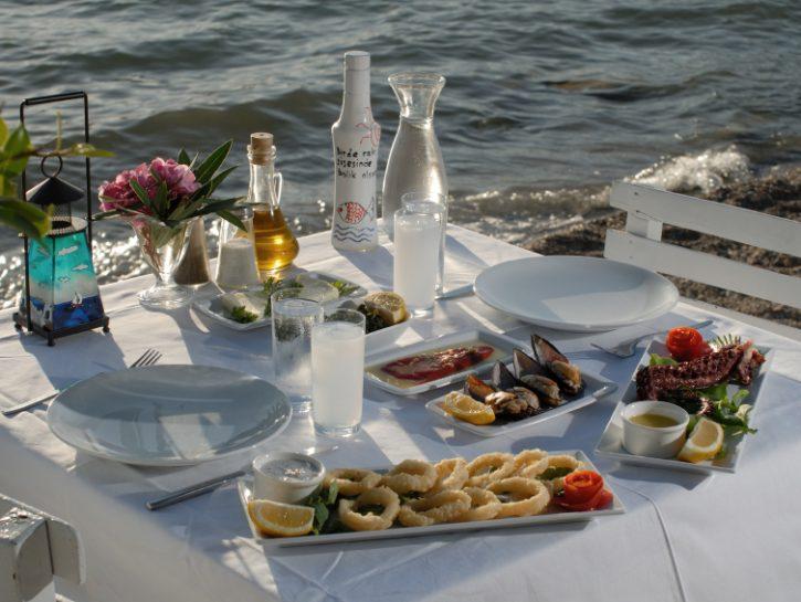 pranzo-mare-spiaggia-pesce-vacanze