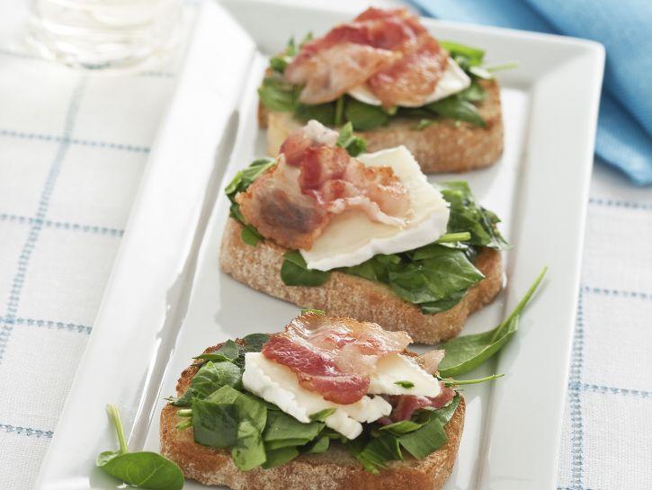 bruschettine-con-brie-e-spinacini-crudi preparazione