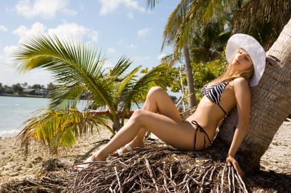 spiaggia-caraibi-tropici-abbronzatura-sunbath
