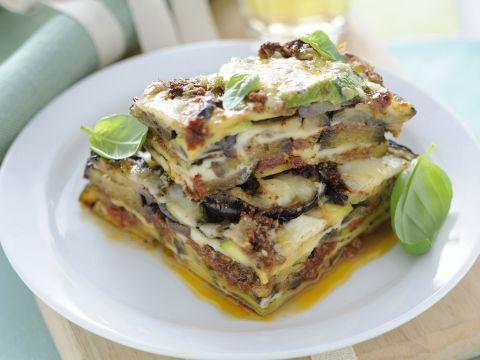 Parmigiana di melanzane e zucchine al pesto rosso