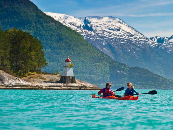 In canoa sull'Hardangerfjord, Norvegia