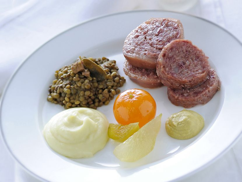 cotechino-con-lenticchie-pure-di-patate-e-mostarda