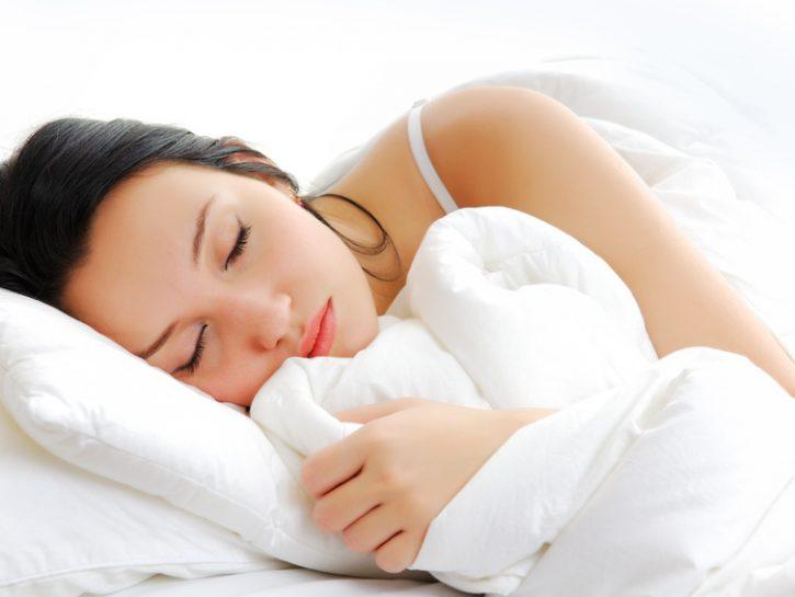 dormire-ragazza-dorme-piumone