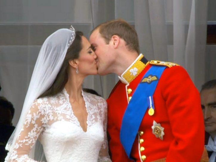 Il primo bacio in pubblico di William e Kate