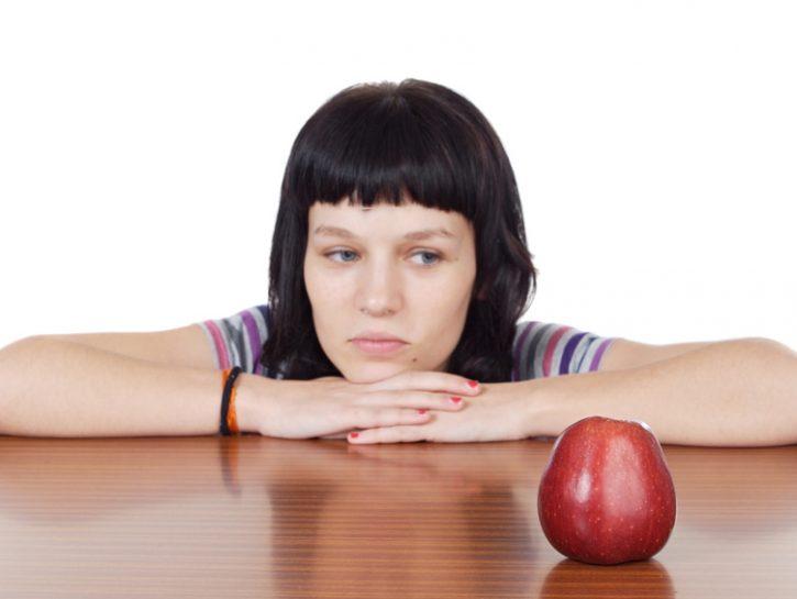 anoressia-bulimia-ragazza-mela