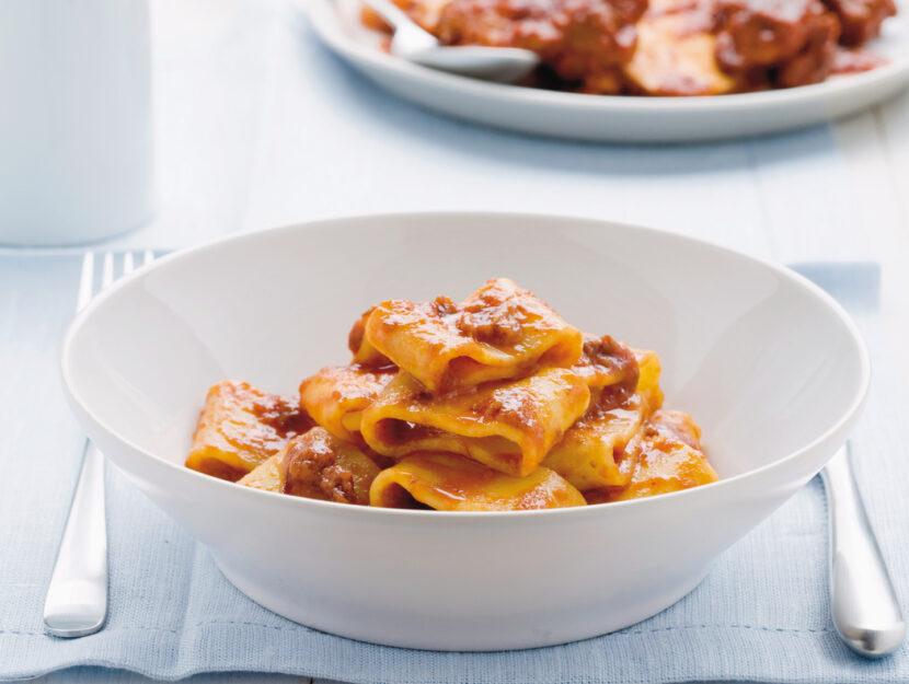 Mezzi paccheri con sugo di carne alla napoletana