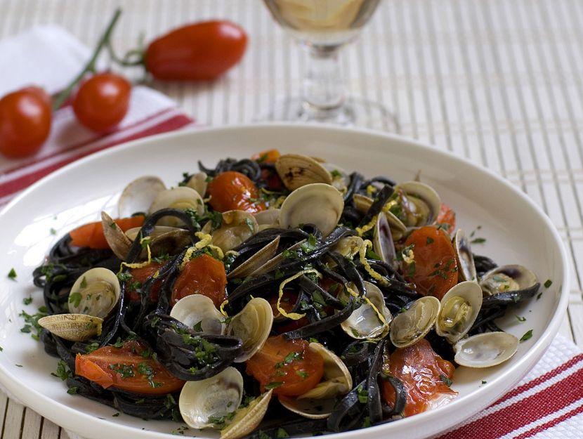 tagliolini-al-nero-di-seppia-con-vongole-e-pomodorini