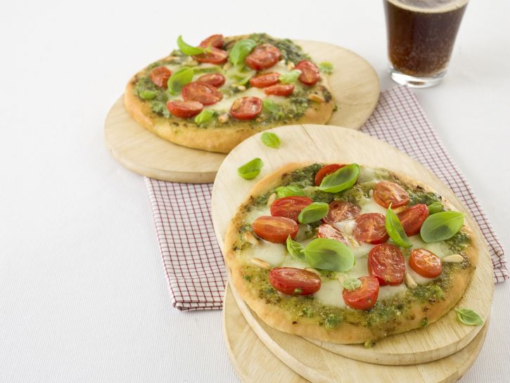 pizza-al-pesto-con-pomodori-datterini foto