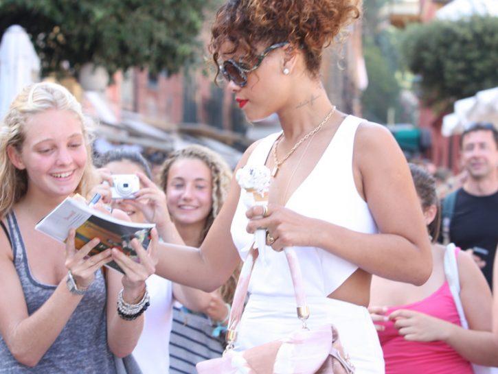 Rihanna firma autografi a Portofino