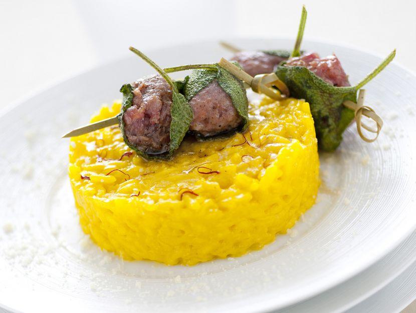 tortino-allo-zafferano-con-spiedino-di-salsiccia