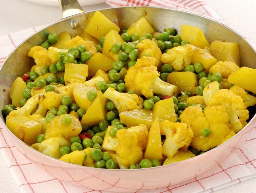 Misto di legumi e verdure indiane in padella