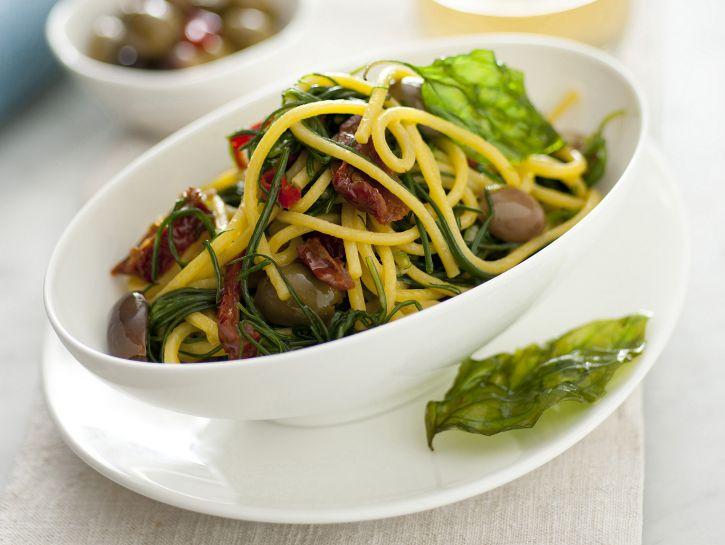 spaghetti-alla-chitarra-con-agretti-olive-pomodorini-secchi-e-basilico-fritto