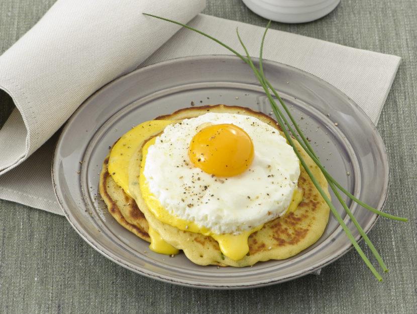 pancake-allerba-cipollina-con-uovo-e-olandese foto