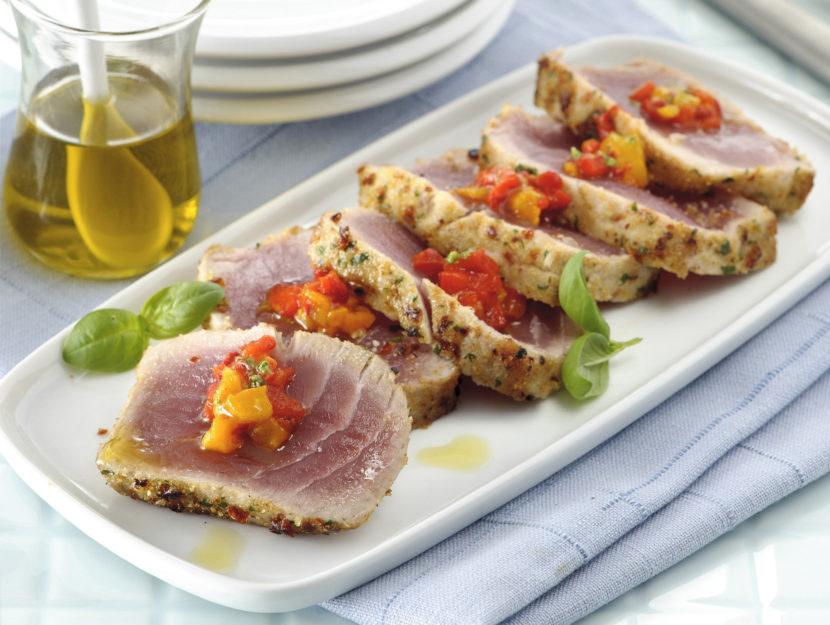 tagliata-di-tonno-aromatica-e-salsa-di-peperoni foto