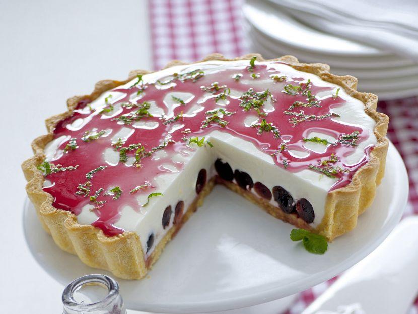 torta-con-bavarese-di-yogurt-e-ciliegie immagine