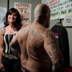 Deborah, titolare del negozio Forever Tattoo, mostra con orgoglio il lavoro fatto su un suo cliente
