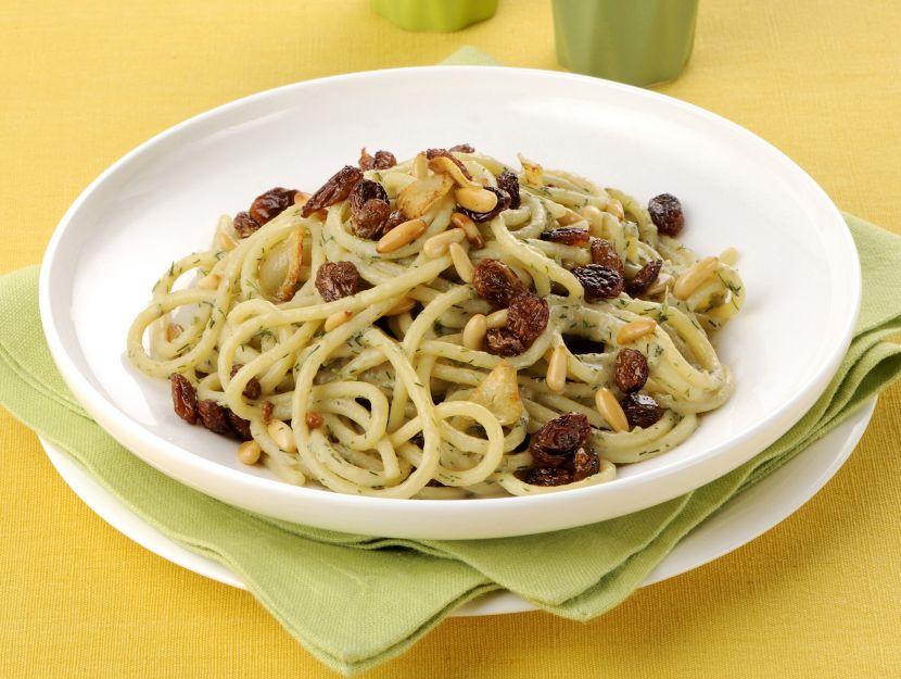 spaghetti-sardine-uvetta-e-pinoli