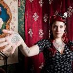 Eva von Lust, esperta tatuatrice, nel  suo stand all'Italian Tattoo Artist di Torino