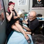 Monia, insegnante di burlesque, si fa fare un nuovo tatuaggio dal suo artista preferito