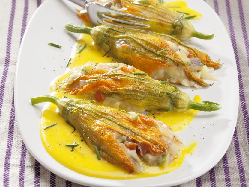 fiori-di-zucca-farciti-con-salsa-delicata preparazione