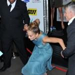 Jennifer Lopez cade tai tacchi alti