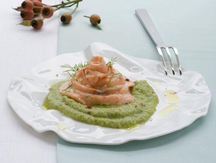 rose-di-salmone-su-crema-verde immagine