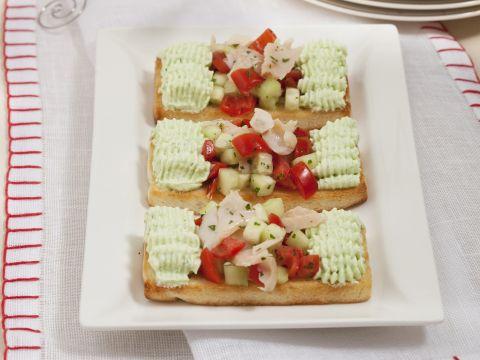 Tartine con insalata di trota affumicata