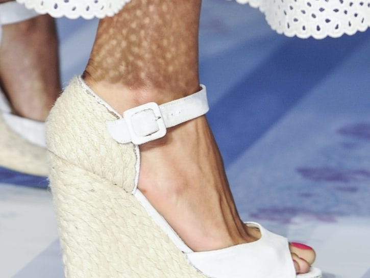 Sandali con la zeppa: bianco colore di stagione